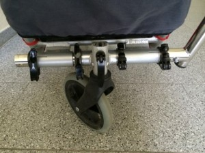 vordere Deichsel mit Buggyrad. Es gibt auch noch ein Jogger-Rad. Über die äußeren Schnellspanner kann man mit drei Handgriffen vom Schiebe- auf den Fahrradfahr-Modus wechseln