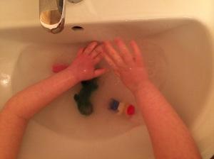 Hände waschen mit behindertem Kind